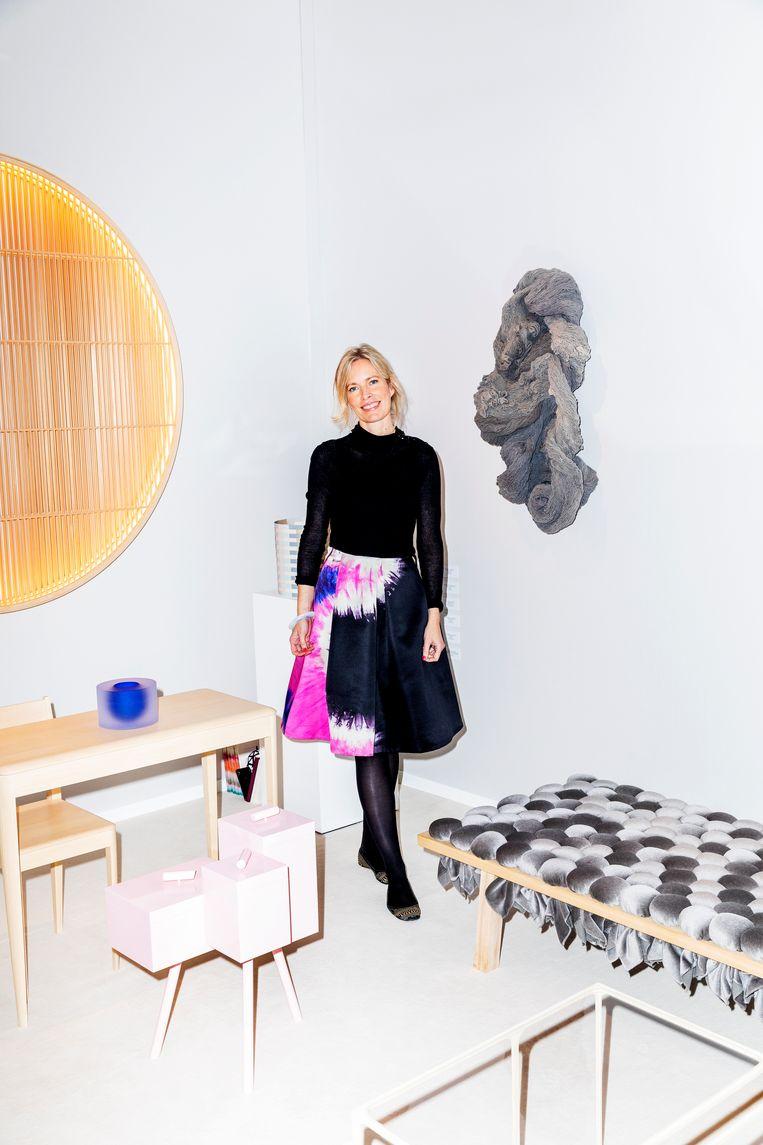 Maria Wettergren, eigenaar van haar eigen galerie in Parijs, bij ontwerpen van de Deen Ditte Hammerström.  Beeld Marie Wanders