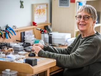 """Tine verlaat zorg en ontwerpt nu herinneringsjuwelen: """"Zo voel je een overleden geliefde toch altijd dichtbij"""""""