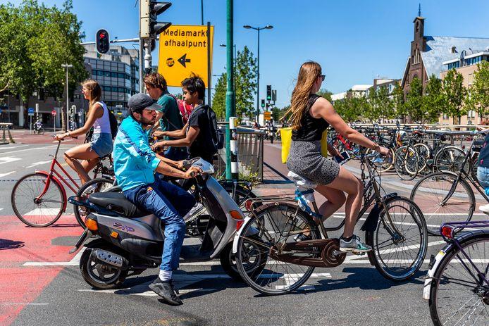 Een snorfiets komt op het Smakkelaarsveld bijna in botsing met een fietsers.