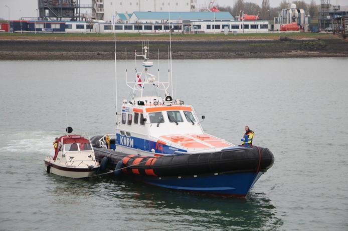 De politie heeft het visbootje mee op sleeptouw genomen.