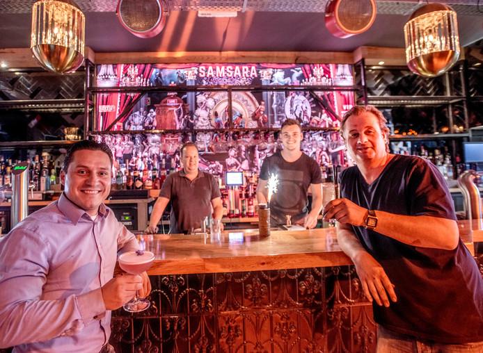 Shoco cocktailbar Korte Heuvel gaat donderdag openlinks Djim van Gorp en (r) Sebastiaan Burgersop achtergrond de cocktailmakers