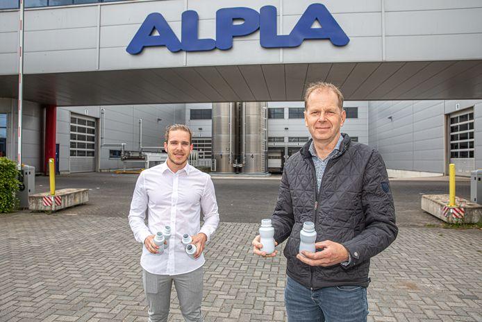 Directeur Bertus Bos (rechts) en logistiek manager Kevin Mulder van Alpla in Zwolle laten bij hun nieuwe fabriek een paar 'medische flesjes' zien die het bedrijf produceert.