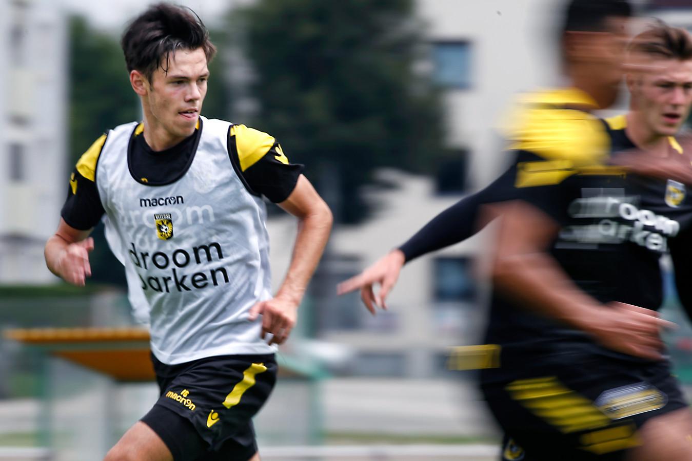 Vitesse -speler Mitchell van Bergen (L) tijdens een training .