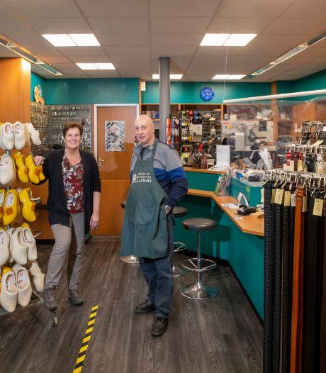 Na 35 jaar schoenen maken kunnen bij Kees en Jenneke eindelijk de voetjes omhoog