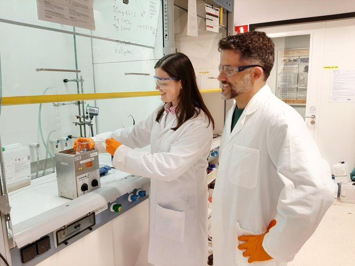 Marie Weijler in het lab van Nanotechnology op de campus van de TU Twente.