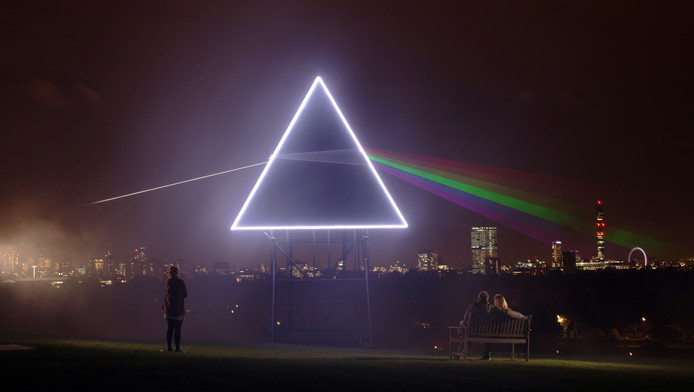 "La célèbre pochette de l'album ""Dark Side of the Moon"" (1973) recréée dans le ciel londonien en 1994"