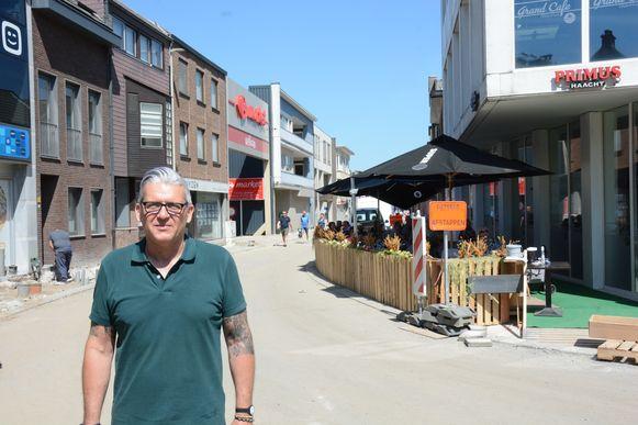 Noël Smet op de werf van het Yzerhand met zijn pop-up terras op de achtergrond.