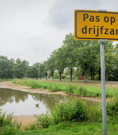 Meisje zakt in Enschede tot middel in drijfzand