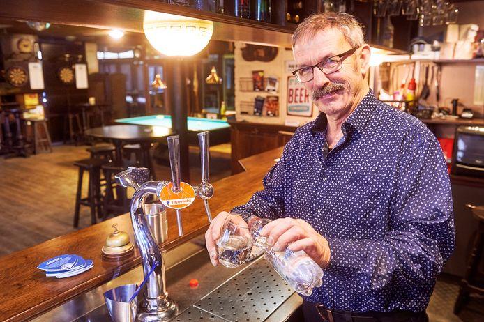 Peer Brouwers achter de tap. Zelf houdt hij het op een flesje water. Alcohol drinkt hij niet meer.