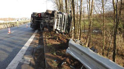 Wagen en truck gekanteld na slipper op gladde wegdek