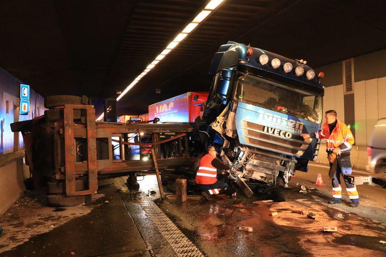 De vrachtwagen ging bij het inrijden van de tunnel in de schaar.