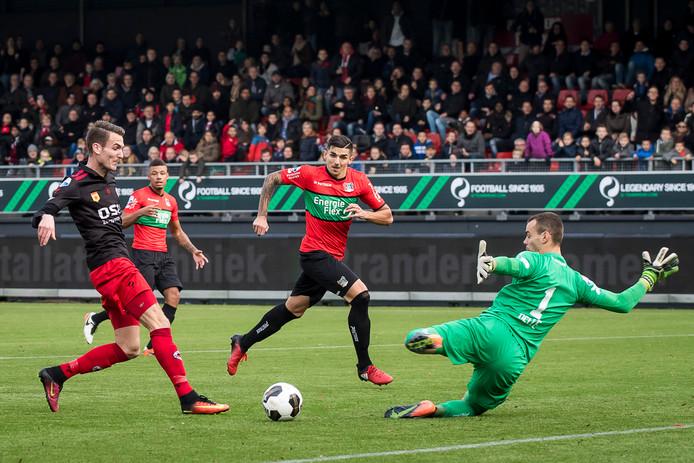 Wojciech Golla (midden) voor NEC in actie tegen Excelsior.