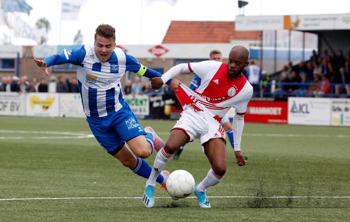 Rik Impens (links), zaterdag goed voor drie goals, test de kwaliteit van het tenue van Ajacied Kenneth Misa-Danso.