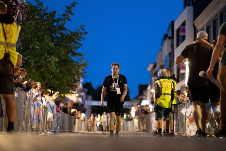 Het massaal aanwezige publiek juicht de deelnemers naar de finish.