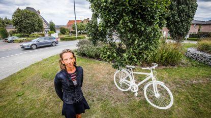 """Katleen plaatst witte fiets van overleden vader op rotonde: """"Ik hoop dat chauffeurs nu trager rijden"""""""