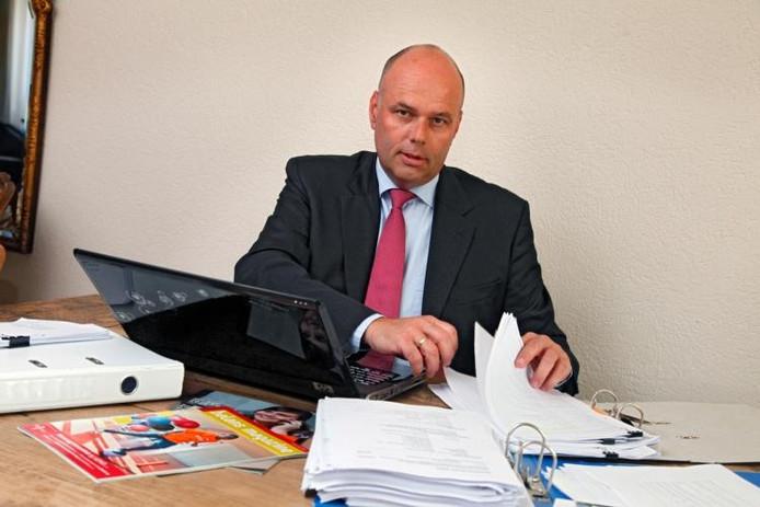 Ton Diepeveen, juridisch belangenbehartiger van het meisje en haar ouders, achter de dossiers.foto Jan Bouwhuis