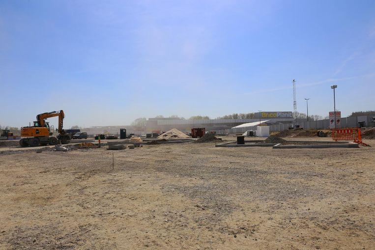 Op het voormalige domein van Ikea worden momenteel dertien nieuwe winkelunits gebouwd. Rechts: een plattegrond van de site.