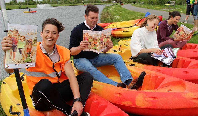 Gert Vandierendonck (sportpromotor), Lieven Huys (schepen van Jeugd), Elien De Vlieghere (evenementen- en activiteitencoördinator) en Steffie Lucidarme (beleidscoördinator vrije tijd) met de nieuwe zomerbrochure.