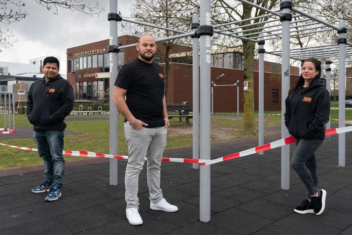 Roberto de Graaff, Claython Chirino en Gina Zanella, jongerenwerkers van De Tavenu in Waalwijk. Ze hebben het druk, juist omdat alles plat ligt.