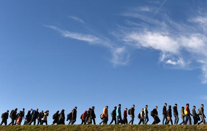 Archieffoto uit november 2015: vluchtelingen lopen naar een registratiepunt bij de Duits-Oostenrijkse grens.