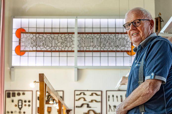 Peter Kempenaars kreeg het oude glas-in-loodraam van het Brabantsch Nieuwsblad in stukken en brokken in handen en ging er mee aan de slag: ,,Precisiewerk. Heel leuk om te doen.''