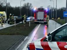 Drie auto's botsen op elkaar op afrit in Enschede
