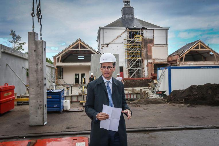 Burgemeester Wouter Beke (CD&V) bij de werf.