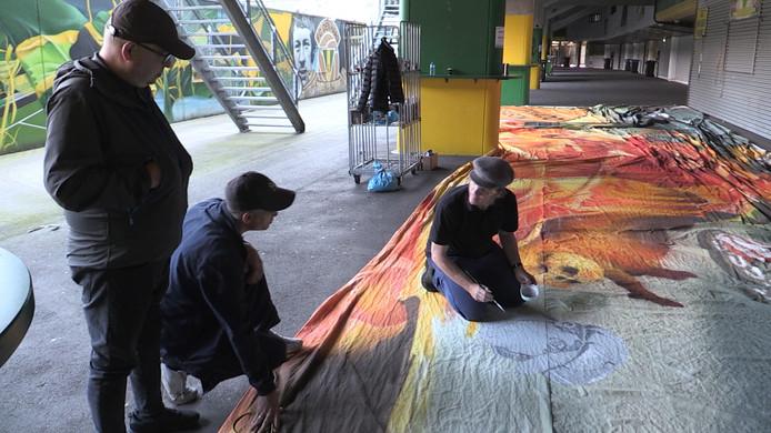 Kunstenaar Philip Akkerman maakt spandoek voor ADO Den Haag.