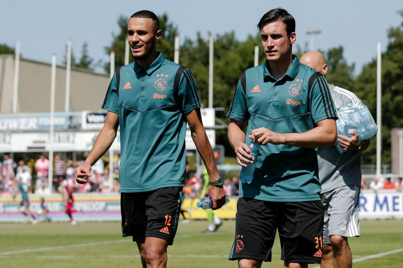 Terug van hun vakanties: Noussair Mazraoui en Nicolás Tagliafico. Ze deden gisteren mee in de oefenwedstrijd tegen Sivasspor bij FC Lisse.  Beeld BSR