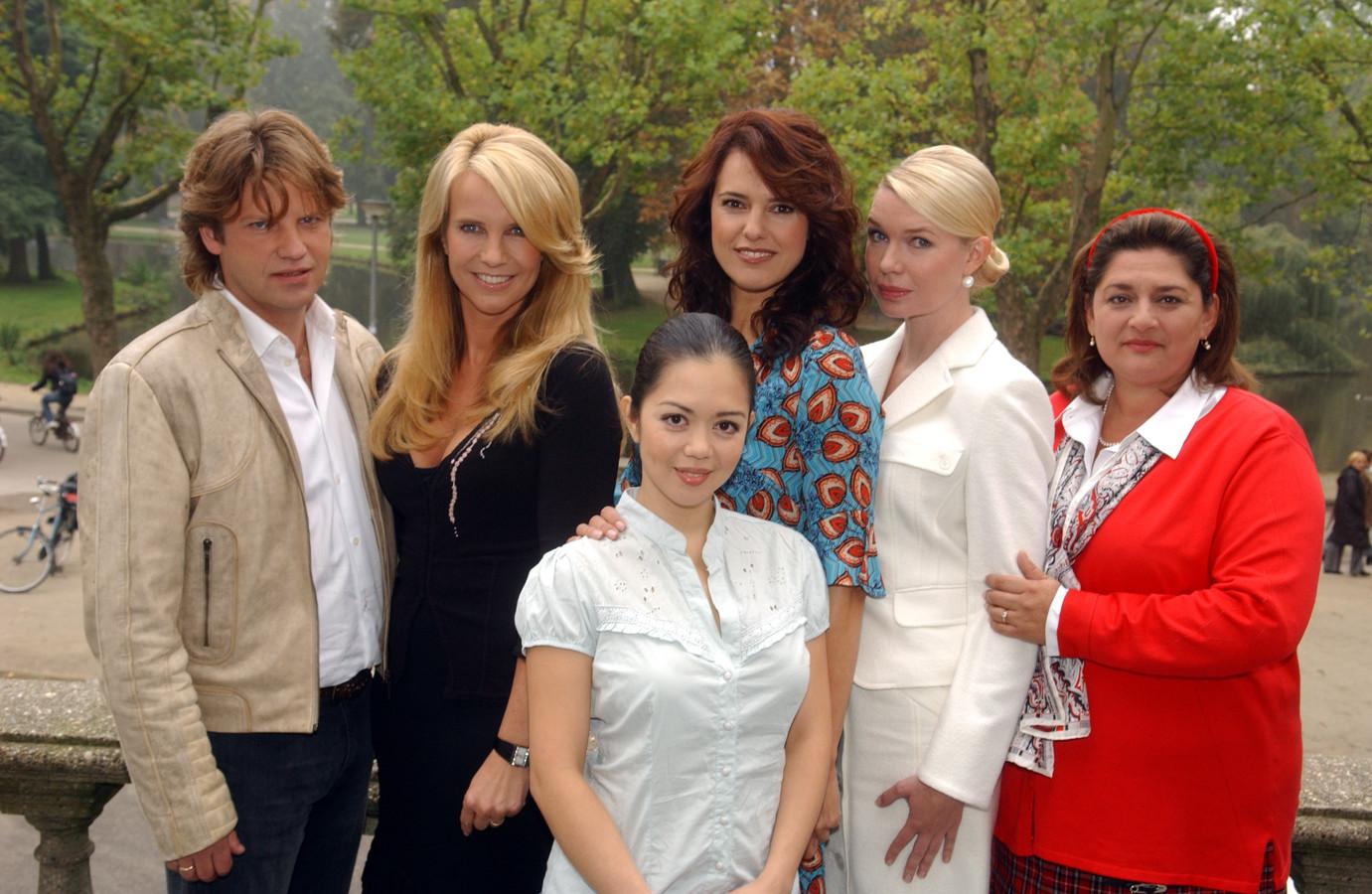 De  hoofdrolspelers van Gooische Vrouwen Peter Paul Muller, Linda de Mol, Cysteine Carreon, Susan Visser, Tjitske Reidinga en Annet Malherbe.
