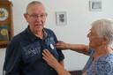 Willie van der Zwaan heeft de button opgespeld bij haar man John.