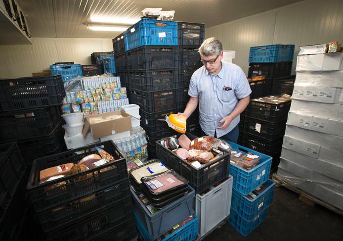 Hans Paardekam in de vriezer van de voedselbank ik Breda.