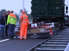 Vrachtauto verliest vier wielen op snelweg bij Doetinchem
