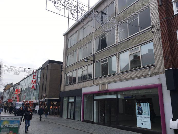De leegstaande panden in de Ginnekenstraat, die gesloopt moeten worden om daar één nieuwe grote winkel te kunnen vestigen.