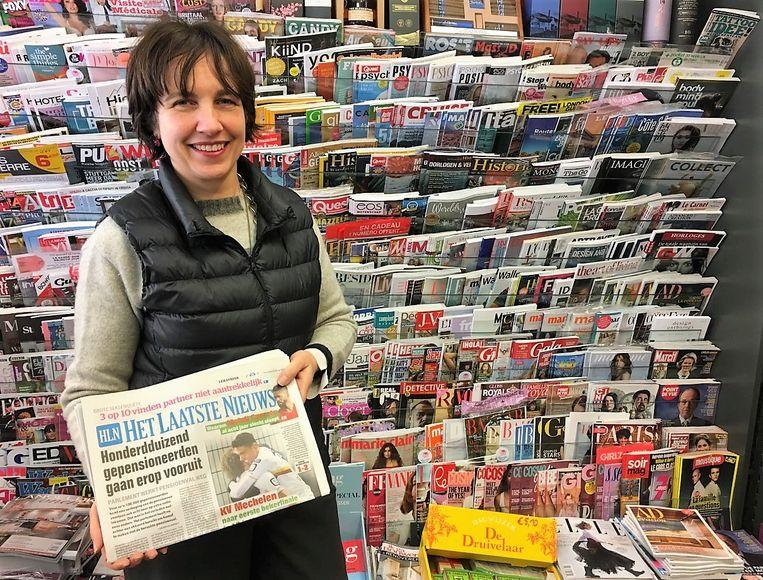 Valerie Descamps van dagbladhandel en slijterij Descamps verkoopt meer kranten dan normaal vandaag.