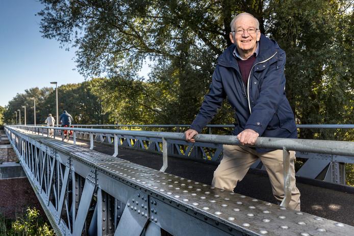 Gerard van Esch op de brug over het Drongelens Kanaal: ,,We wilden meer dan louter de bruggen behouden, het ging ons ook om restauratie en herbestemming.''