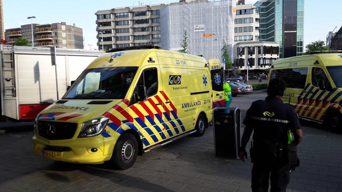 Voor het station van Eindhoven staan meerdere ambulances.
