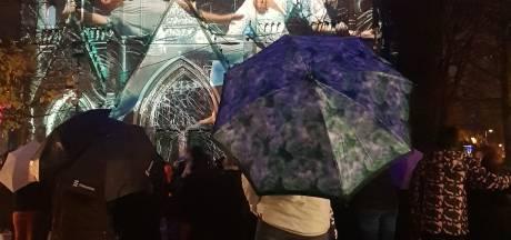 Duizenden bezoekers GLOW Eindhoven ondanks regenachtige start: 'Glow verrast nog steeds'