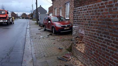 Pick-up ramt geparkeerde wagen en gevel