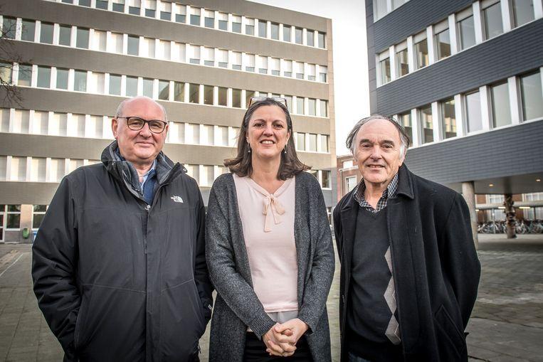 Jean-Paul Vallaeys, Patricia Joosten en Herman Dejonckheere van de Prizma-scholengroep op de speelplaats van Prizma Campus College, die straks aangepakt wordt.