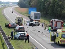 Ravage op A1 door crash met meerdere  voertuigen: 6 gewonden
