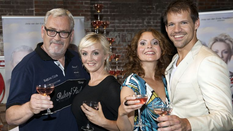 Hoofdrolspelers van de musical Aspects of Love met (VLNR) Ernst Daniel Smid, Lone van Roosendaal, Maaike Widdershoven en Rene van Kooten Beeld ANP