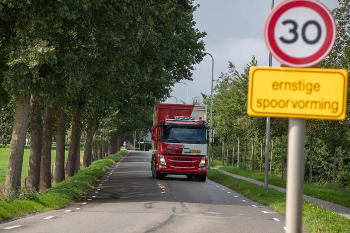Ernstige spoorvorming aan de Hagendoornweg in de Koekoekspolder bij IJsselmuiden. Vooral vrachtauto's rijden links om 'gehobbel' te voorkomen.