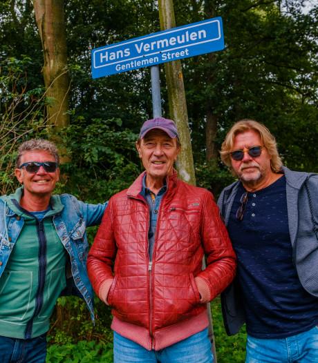 Eerbetoon aan overleden Hans Vermeulen met straatnaambord