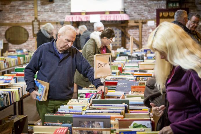 LOSSER - Grote boekenbeurs in Erve Kraesgenberg aan de Bookholtlaan.