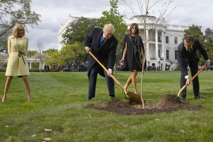 Op 23 april vorig jaar plantte Trump de eikenboom die hij van Macron kreeg in de tuin van het Witte Huis. De boom moest symbool staan voor de vriendschap tussen de twee leiders. Sinds het planten van de boom is die vriendschap bekoeld, en, hoe symbolisch: de boom is dood gegaan.