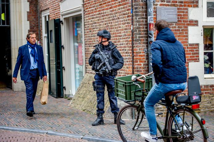Zwaarbewapende agenten voor de ingang van het stadhuis van Haarlem.
