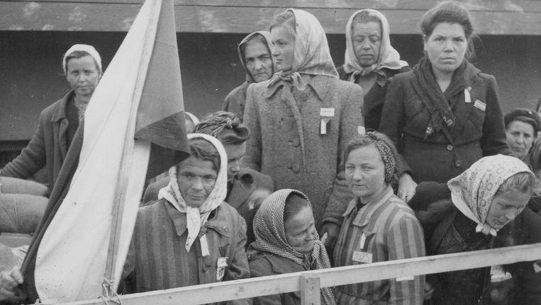Joodse vrouwen, door het Rode Leger bevrijd, verlaten het concentratiekamp Theresienstadt. Beeld getty