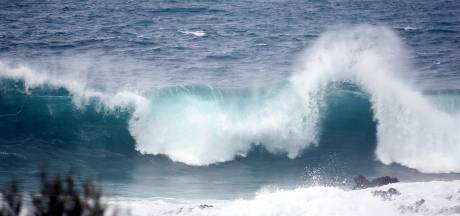 Hoge golven slaan balkons flats Tenerife weg