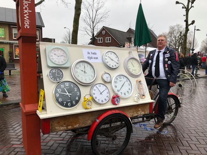 Deze deelnemer aan de optocht van Someren had niet alleen 'tijd-zat', hij was ook behoorlijk bij de tijd.